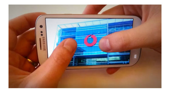 Dylan shows the photo pan and zoom features on the Samsung GALAXY S III