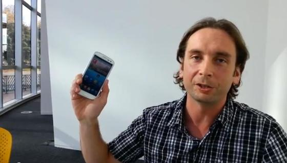 Chris shows the Pop up play feature on the Samsung GALAXY S III